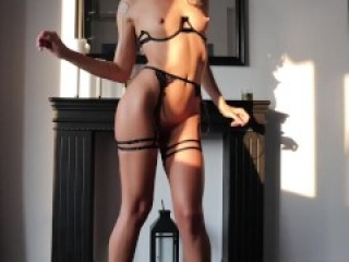 HORNY BABE PLAYS W BIG PUSSY LIPS AND SQUIRTS | LaraJuicy